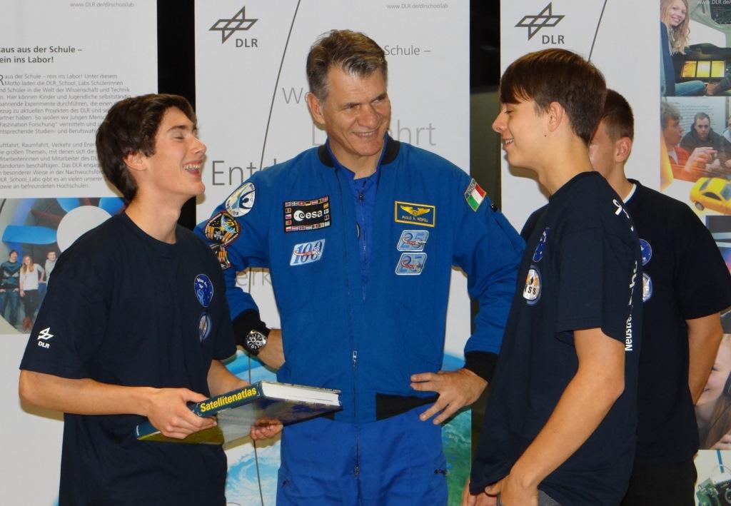 ESA Astronaut Paolo Nespoli mit Schülern im Schoollab des DLR Neustrelitz