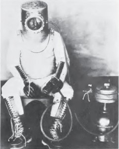 Wiley_Post_in_pressure_suit CR Wikipedia