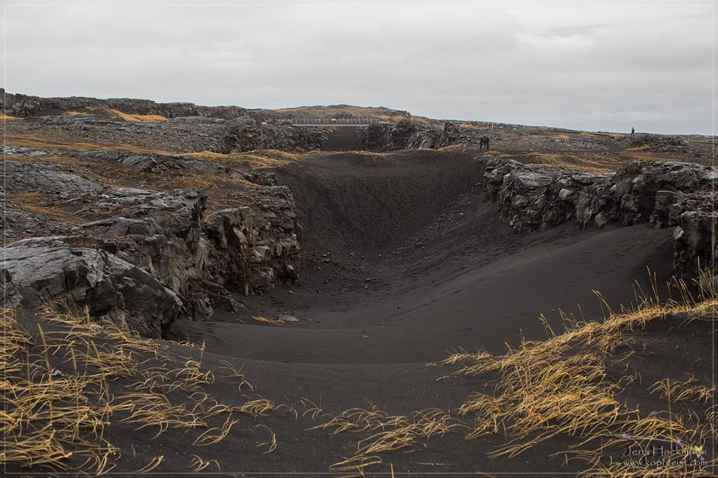 Zwischen zwei Kontinentalplatten: links des Grabens die nordamerikanische, rechts die eurasische Kontinentalplatte. Sie driften jedes Jahr um 2 cm auseinander