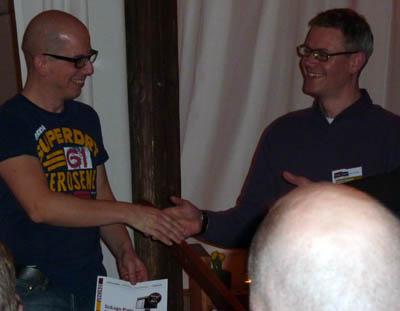 Carsten Könnecker gratuliert Anatol Stefanowitsch zum SciLogs-Preis 2011