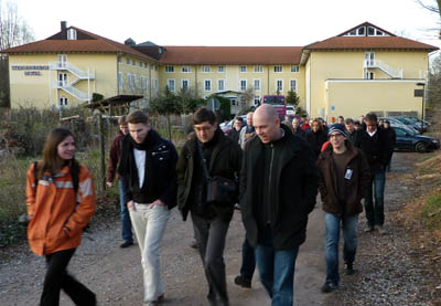 Spaziergänger vor dem Steigenberger Hotel, Sci11