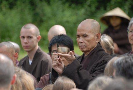 Thich Nhat Hanh bei einer Gehmeditation