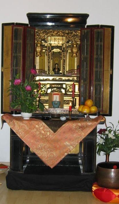 Ein Butsudan, ein japanisch-buddhistischer Hausalter. Quelle: Wikipedia-Commons.