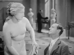 Professor Smith bewundert die von ihm gefundene Statue der Aphrodite.