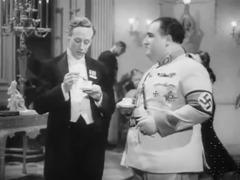 Professor Smith und Nazi-General Graum unterhalten sich über britische Literatur und englischen Humor.