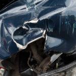 Völlig verbeulte Autofront nach Unfall