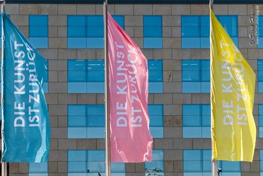 Fahnen mit 'Die Kunst ist zurück', dem aktuellen Werbe-Claim der wiedereröffneten Hamburger Kunsthalle