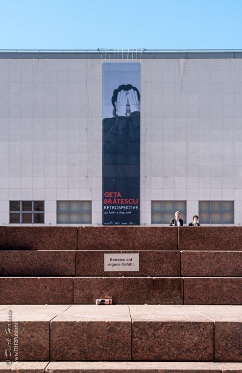 Blick auf die Galerie der Gegenwart mit Werbung für die Sonderausstellung Geta Bratescu