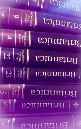 Recherche: Stapel Bände der Encyclopedia Britannica