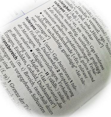 Definition 2 'Toleranz' in Wahrig Deutsches Wörterbuch: Respektierung der Meinungen, Wertvorstellungen, Verhaltensweisen anderer