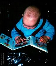 Kleinstkind vertieft in erstes Bilderbuch