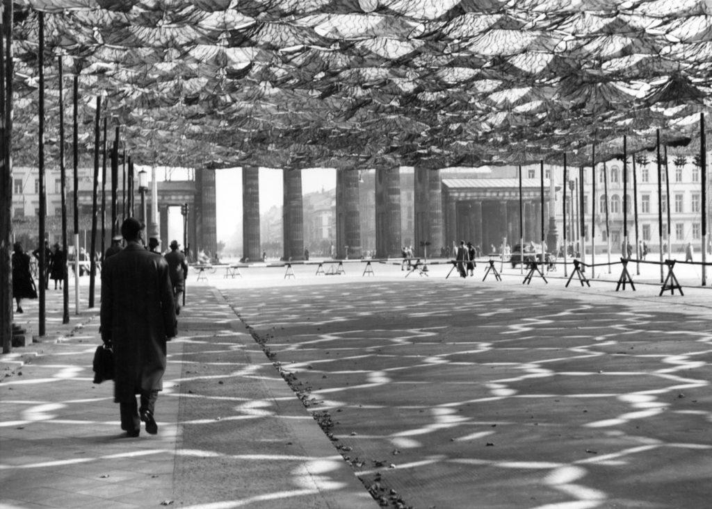 Tarnnetze über der Charlottenburge Chaussee, 1941