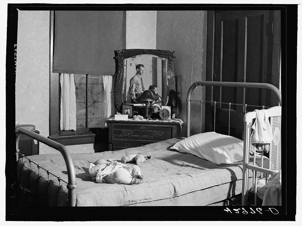 Schlafzimmer in einem Slum in Beaver Falls, Pennsylvania, 1940, Foto von Jack Delano, via Photogrammar