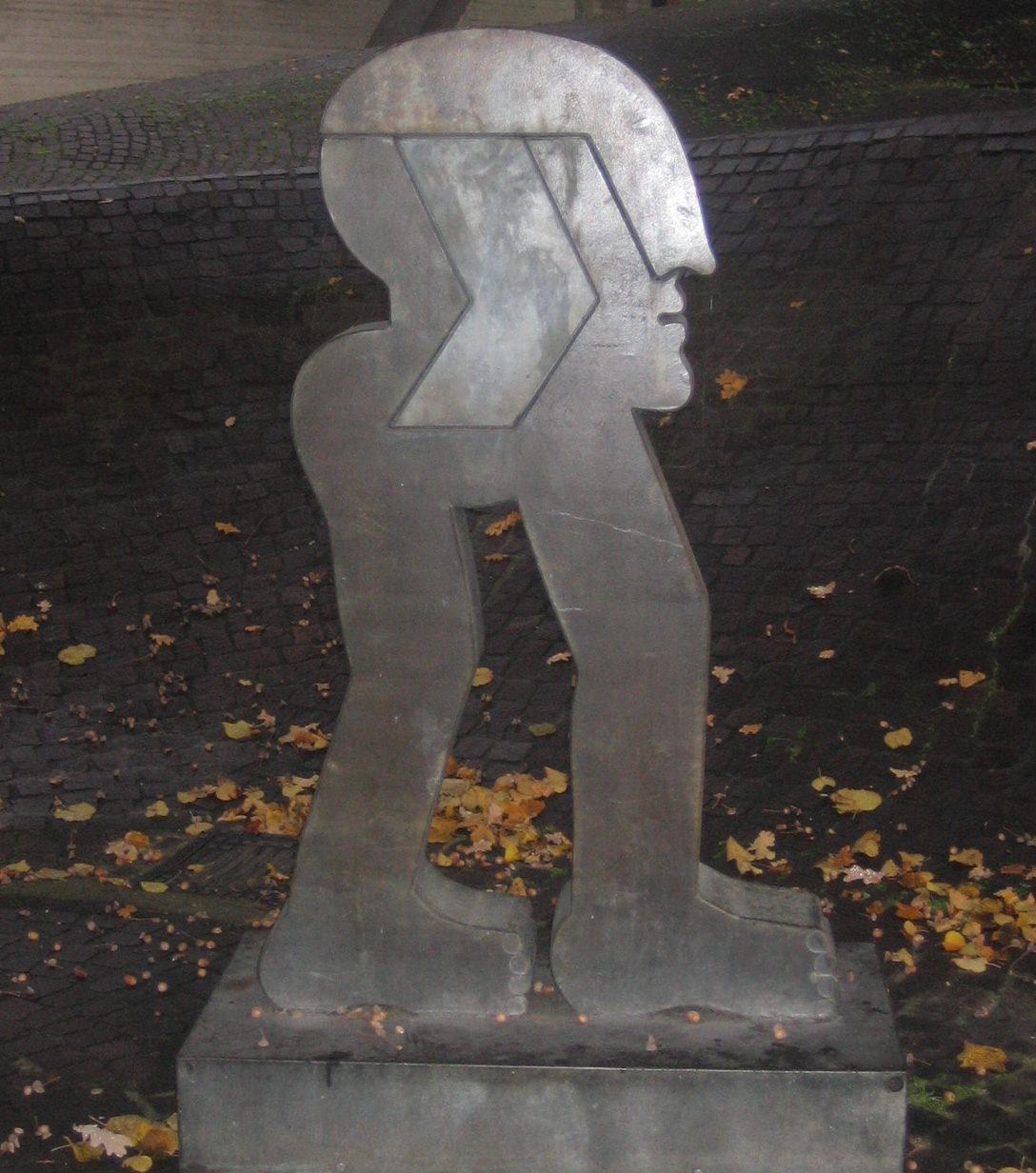 Skulptur von Horst Antes auf einem öffentlichem Platz in Hannover
