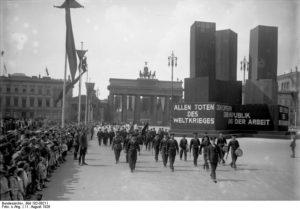 Die grosse Verfassungsfeier am 11. August in Berlin! Feierlicher Einzug der Marine-Abteilung des Reichsbanners durch das Brandenburger Tor an dem errichteten Ehrenmal für die Gefallenen Toten des Weltkrieges.