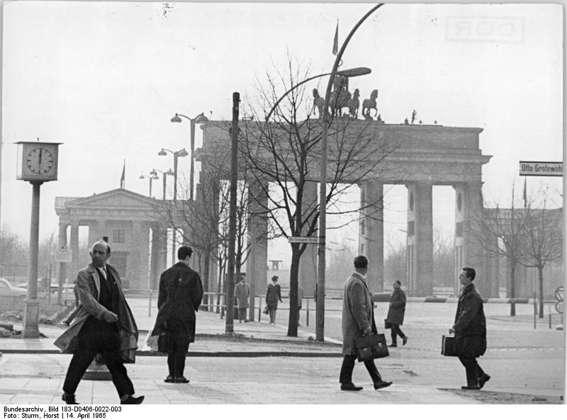 Zentralbild Sturm 14.4.1965 DDR: Berlin. Blick von Unter den Linden - Ecke Otto-Grotewohl-Strasse auf das Brandenburger Tor.