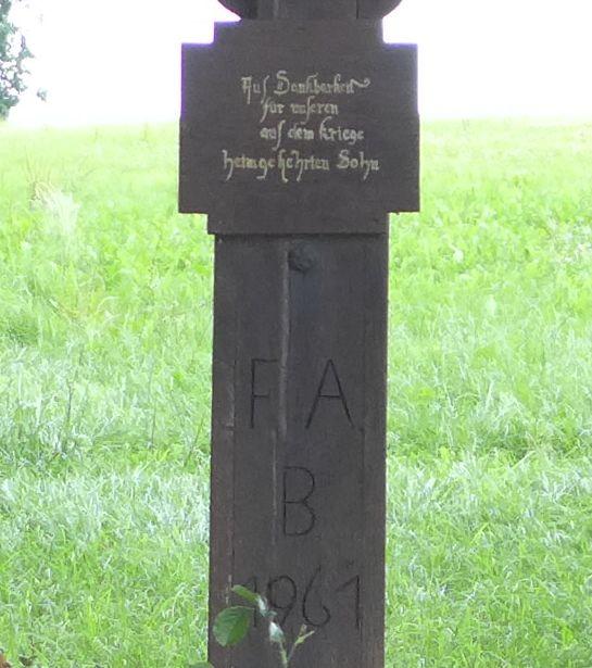 """Inschrift """"Aus Dankbarkeit für unseren aus dem Krieg heimgekehrten Sohn"""" - 1961"""