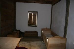 In diesem nachgebauten Zimmer gehobenen Standards sind die Läden gegen die Kälte geschlossen, die Ritzen jedoch nicht gedämmt.