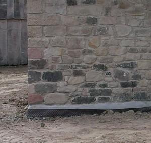 Detail der in Lauresham errichteten Kapelle, dem einzigen reinen Steinbau der Anlage, hier in noch unverputztem Zustand - anders als zu fränkischer Zeit kam im Sockelbereich auch eine moderne Noppenfolie zum Einsatz.