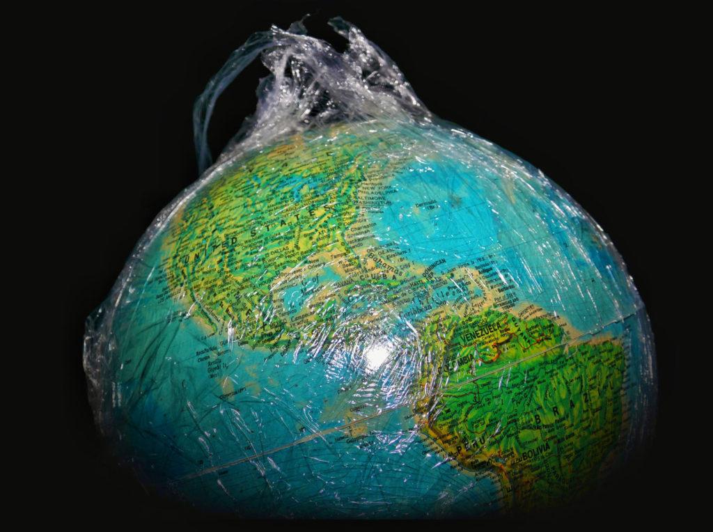 Abb. 1: Mit den von uns produzierten Technomaterialien könnten wir die Erde nicht nur komplett in Plastik- oder Alufolie einwicheln, sondern tatsächlich 50 Kilogramm Material auf jedem Quadratmeter dieser Erde platzieren. (Abb. von Univ. Leicester zur Verfügung gestellt)