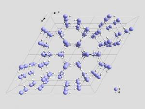 Kristallstuktur von Eis mit Blick entlang der c-Achse. Die gestrichtelten Bindungen markieren die Wasserstoffbrücken