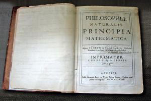Isaac Newton's persönliches Exemplar der ersten Auflage seines Buches Philosophiae Naturalis Principia Mathematica. Es enthält seine handschriftlichen Korrekturen für die 20.Auflage. Bei der ersten Auflage war Samuel Pepys, der damalige Präsident der Royal Society, Herausgeber. Bei der 2.Auflage war bereits Newton selbst der Präsident der Royal Society. Dieses Exemplar kann man sich auf der Website der Digitalen Bibliothek der Universität Cambridge anschauen.