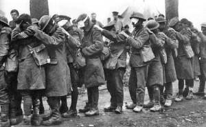 Von Tränengas geblendete Angehörige der britischen 55. Division während der Vierten Flandernschlacht am 10. April 1918. Bild: Thomas Keith Aitken