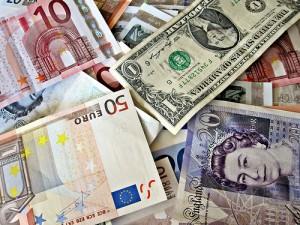 Unsichtbar, aber doch vorhanden: Banknoten sind bedeckt mit anderer Leute Fäkalien. Bild: Images_of_money, CC BY 2.0