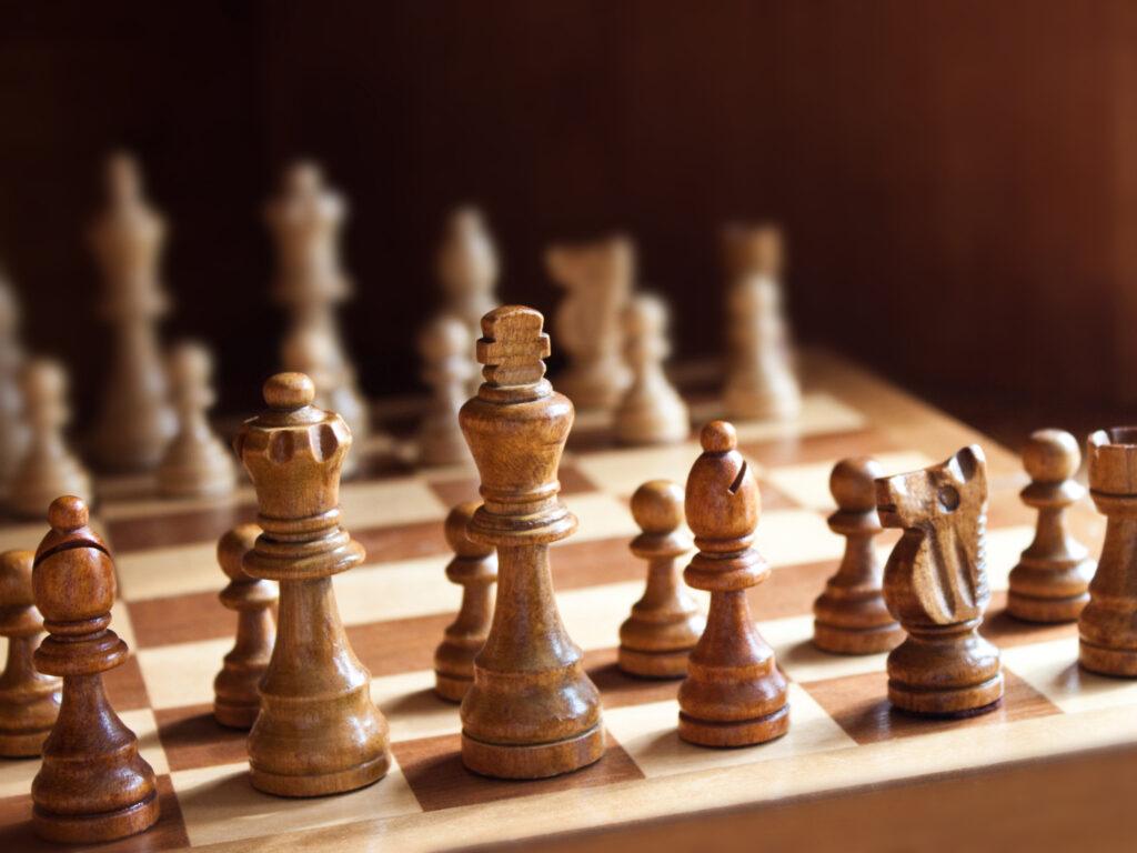 Ein Schachbrett mit Figuren