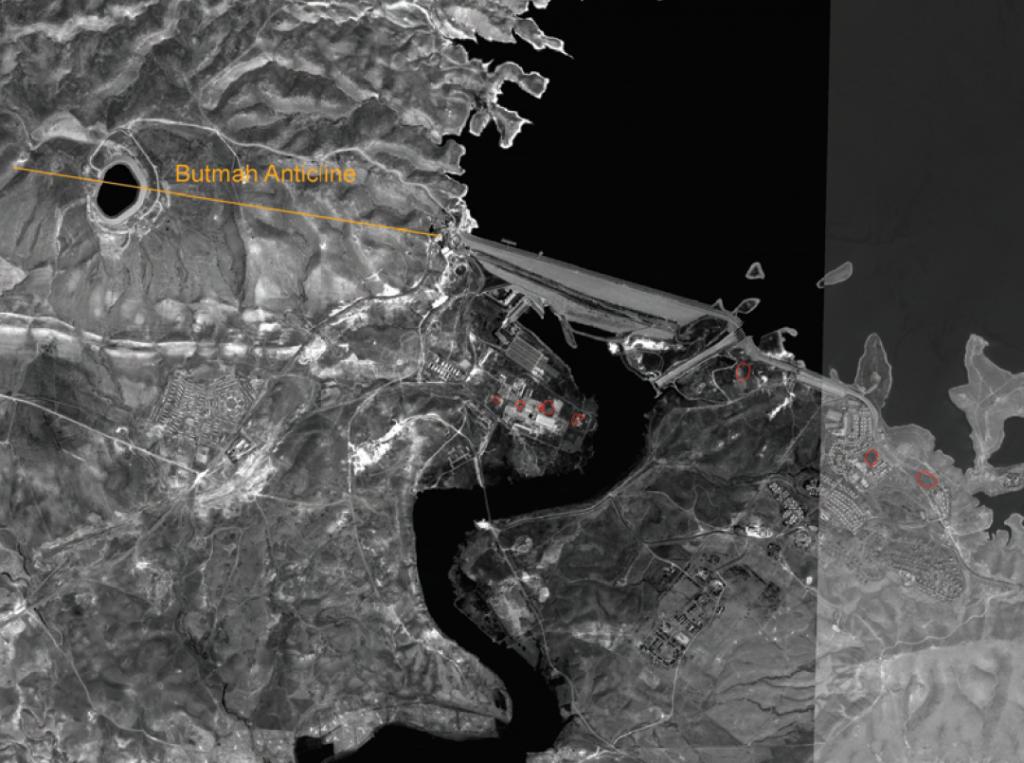 Satellitenbild der Mossul-Talsperre mit der Butmah-Antikline und - rot gekennzeichnet - mehreren Dolinen, die auf Lösungsvorgänge im Untergrund hinweisen. Aus: Wakeley et al.; Geologic Conceptual Model of Mosul Dam, U.S. Army Corps of Engineers 2007