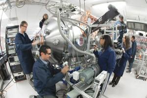 Abb. 2: Forschergruppe um Tom McGuire am aktuellen Experiment (Bild: Aviation Week)