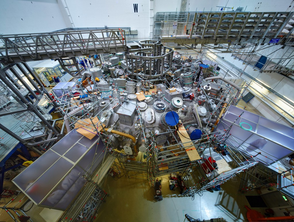 Blick auf W7-X, die Montagearbeiten sind weitestgehend abgeschlossen, die Vorbereitungen für den Experimentierbetrieb haben begonnen