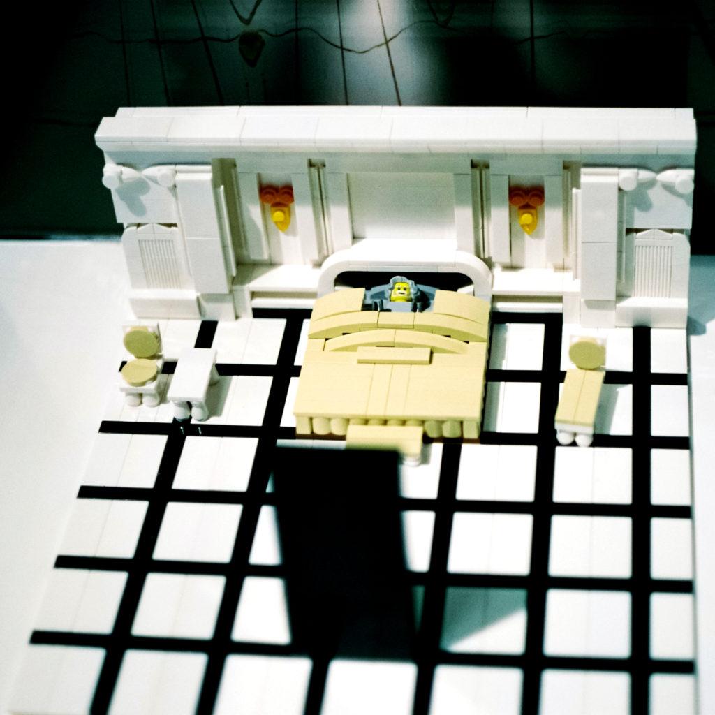 Dave Bowmans Sterbebett mit dem wartenden Monolithen, nachgebaut aus Lego, Deutsches Filmmuseum, Frankfurt am Main