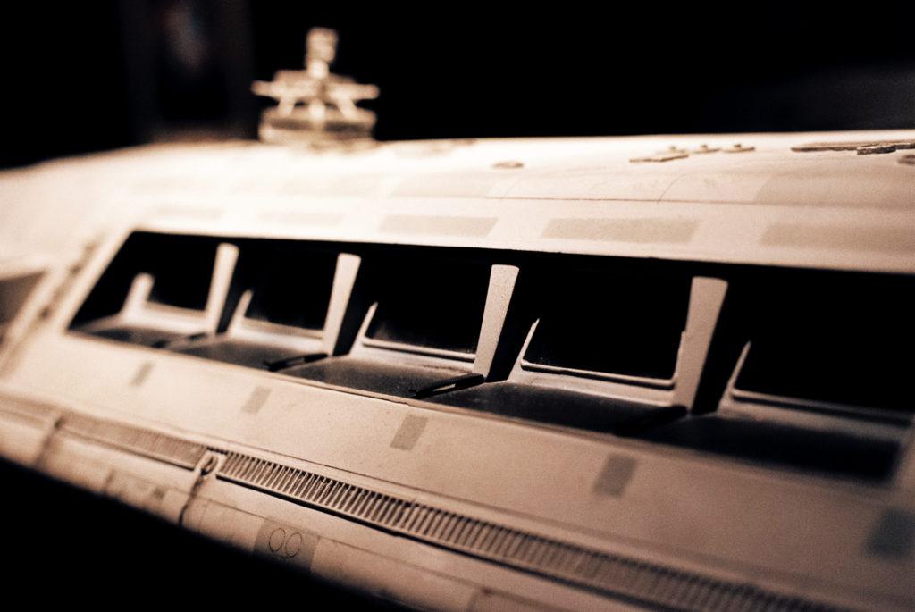 Kubrick's 2001: 50 Years A Space Odyssey. Fenster der Passagierkabine des Transporters von der Basis unter Clavius zu anderen Lokationen auf der Mondoberfläche. Deutsches Filmmuseum, Frankfurt am Main