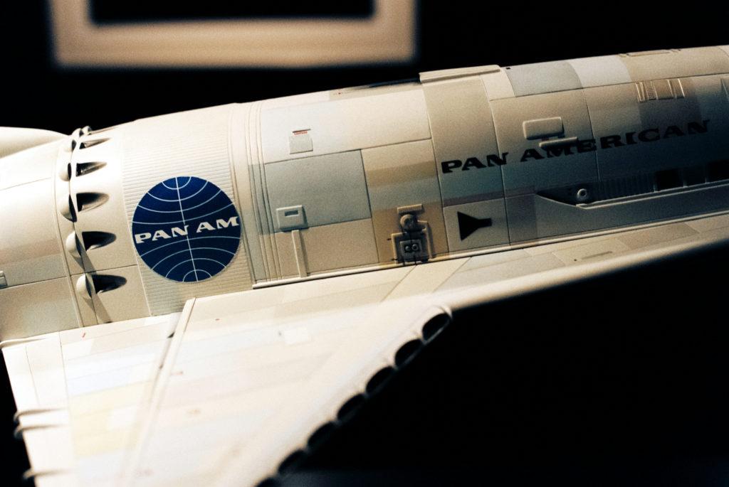Kubrick's 2001: 50 Years A Space Odyssey. Logo der Fluggesellschaft auf der SSTO-Raumfähre für Flüge von der Erdoberfläche zur Raumstation. Deutsches Filmmuseum, Frankfurt am Main