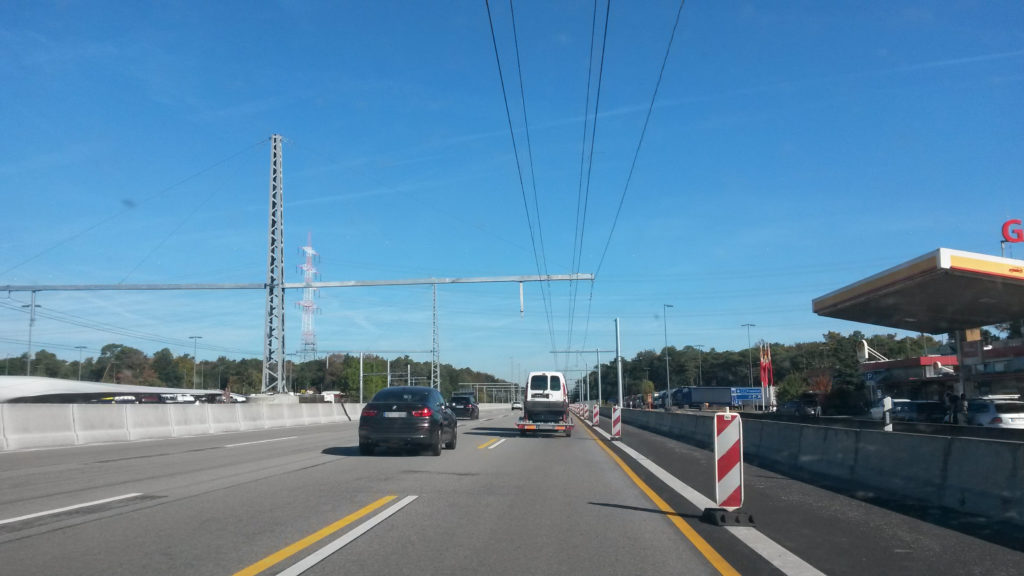 eHighway-Versuchsstrecke auf der A5 zwischen Darmstadt und Frankfurt (hier noch während der Bauphase)