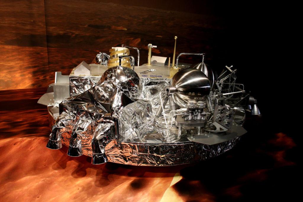 1:1 Modell des Landemoduls Schiaparelli in der Konfiguration nach dem Aufsetzen