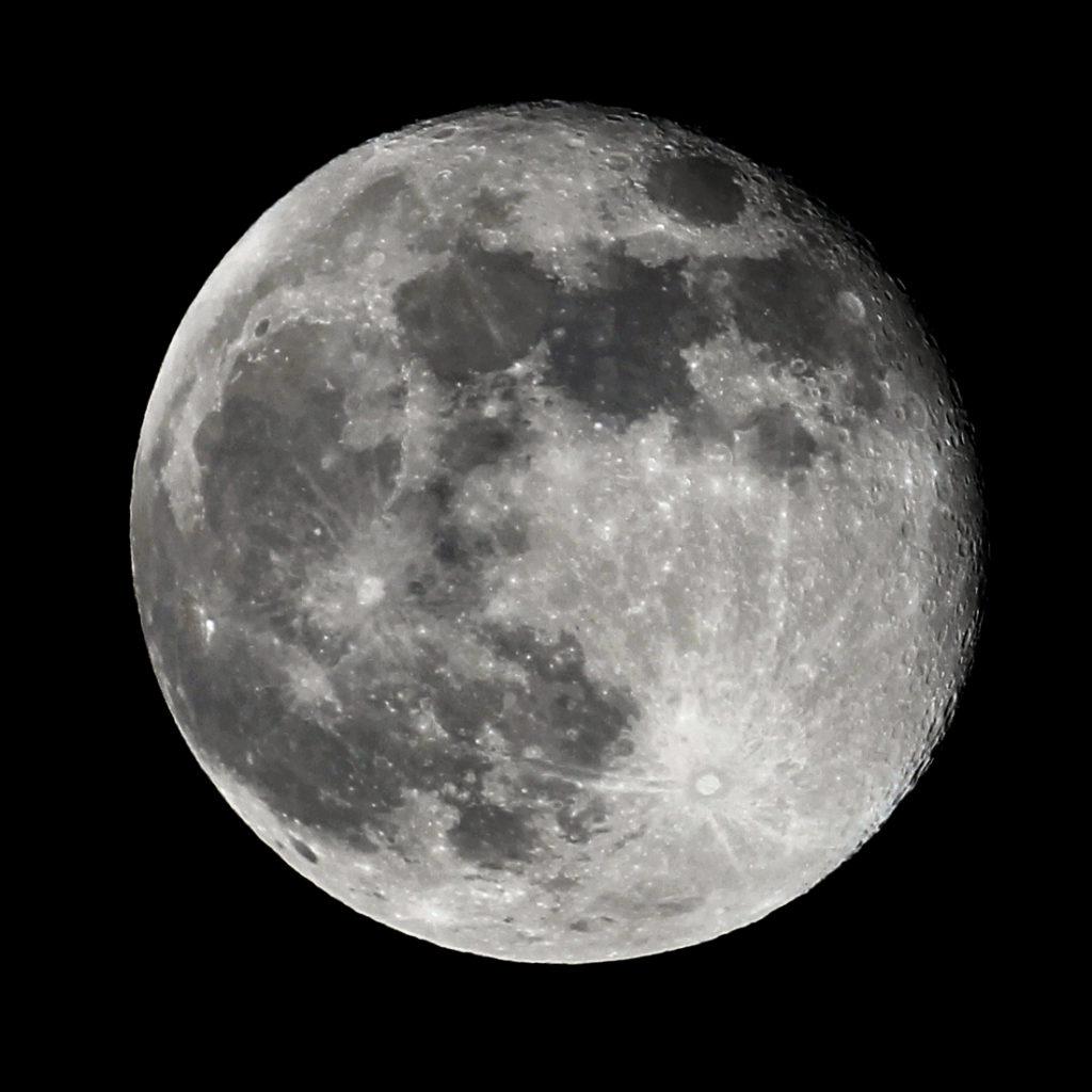 Der zu 98% volle Mond einen Tag nach Vollmond, fotografiert in Darmstadt am 13.3.2017, 23:15 MEZ