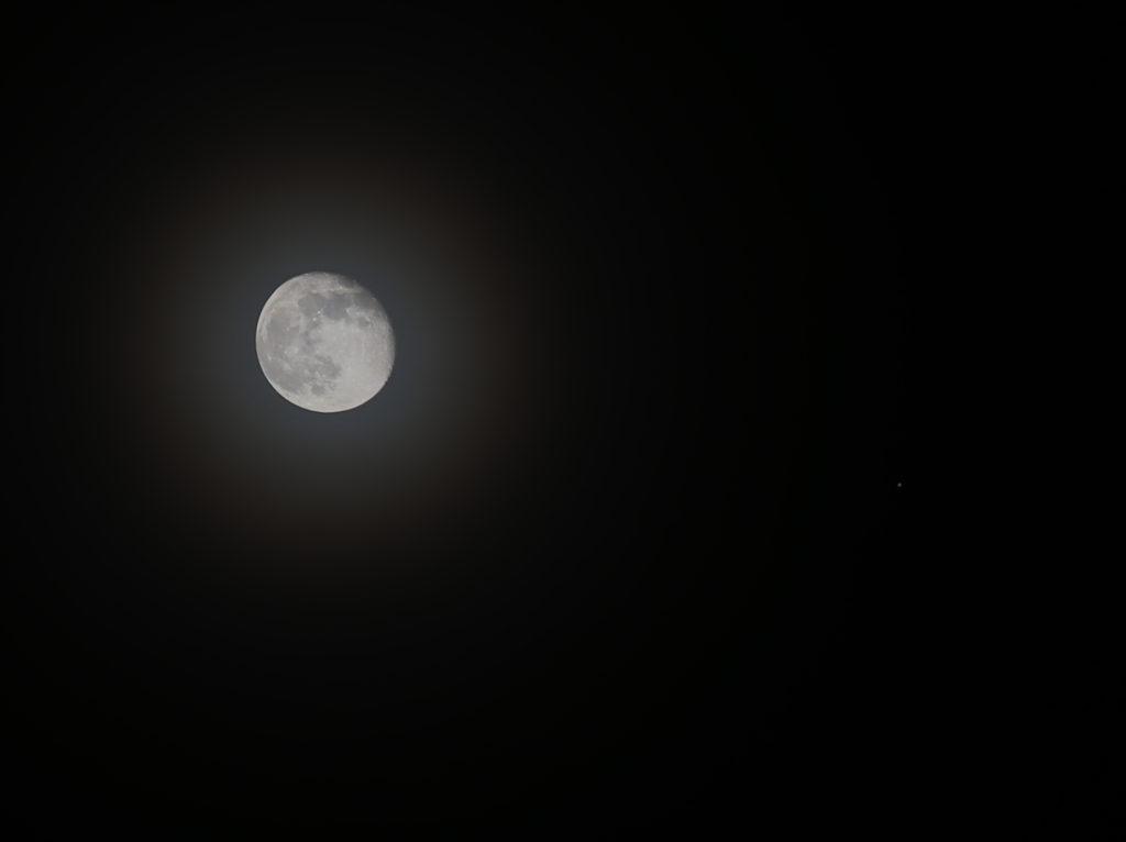 Konjunktion aus Mond und Jupiter durch dünne Bewölkung in der Nacht vom 14. auf den 15.3.2017. Canon EOS6D mit Leica Elmarit-R 180mm, HDR-Aufnahme
