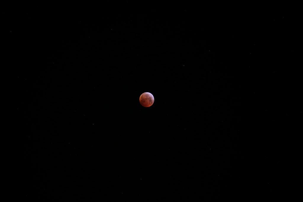 Die Mondfinsternis am Morgen des 21.1.2019 kurz nach Eintritt in die Totalitätsphase, Canon EOS6D mit Leica Elmarit-R 180 mm