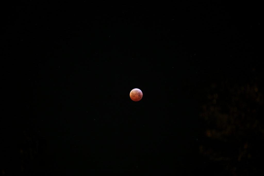 Die Mondfinsternis am Morgen des 21.1.2019 kurz vor Ende der Totalitätsphase, Canon EOS6D mit Leica Elmarit-R 180 mm