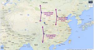 Standorte der drei chinesischen Weltraumstartbasen. Die geometrisch möglichen Azimute für Starts in sonnensynchrone, ernahe Bahnen sind angezeigt. In der Mitte ist der am 25.10. gemeldete Absturzort der Erststufe eingezeichnet.