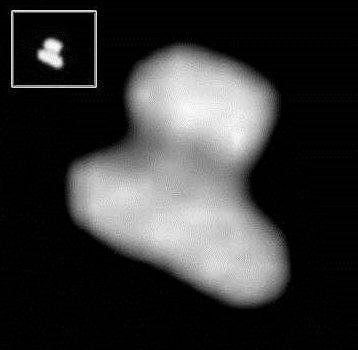 Bildausschnitt der Rosetta-NavCam-Aufnahme vom 23.7.2014 vom Kern des Kometen 67P/Churyumov-Gerasimenko als Original und in vergrößerter Nachbearbeitung durch mich