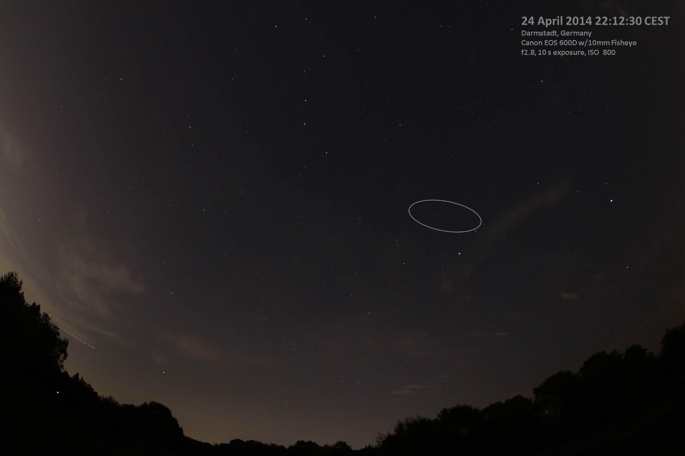 Strichspur von Envisat über Darmstadt am Abend des 24. April 2014, 22:12:30 MESZ. Canon EOS 600D, canon 10 mm F2.8 EX Fisheye-Objektiv, ISO 800, Blende 2.8, 10 s Belichtungsdauer