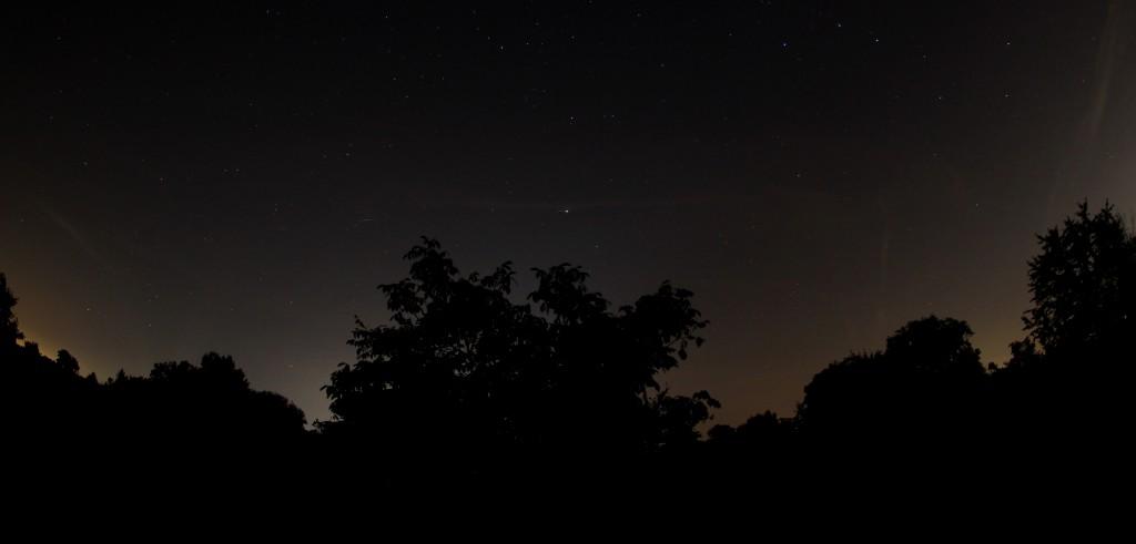 Envisat-Überflug über Darmstadt am 31.7.2014, 23:37-23:42 MESZ, Komposit aus 8 Einzelaufnahmen, Canon EOS 600D, Sigma EX 10mm 1:2.8 DC, ISO 800, f2.8, Je 10 s Belichtungszeit