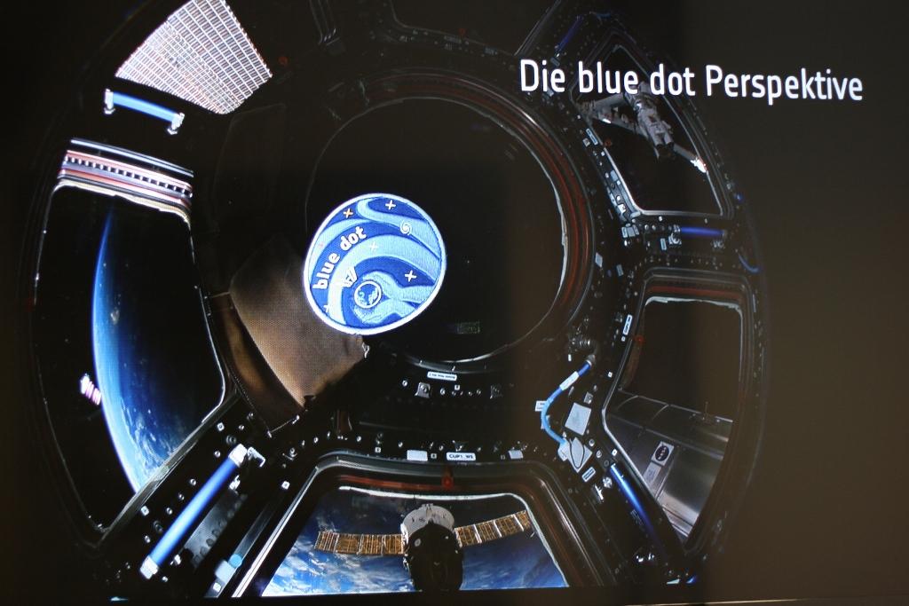 """Der Blick aus der von der ESA gelieferten """"Cupola"""", offenbar der Liebligsaufebthaltsort von Alexander Gerst, mit dem Aufnäher seiner Mission"""