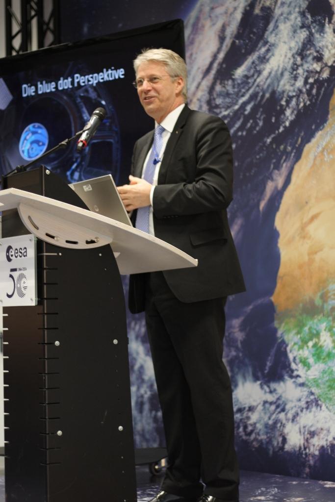 Ein sichtlich gut gelaunter Thomas Reiter kündigt seinen Raumfahrerkollegen an