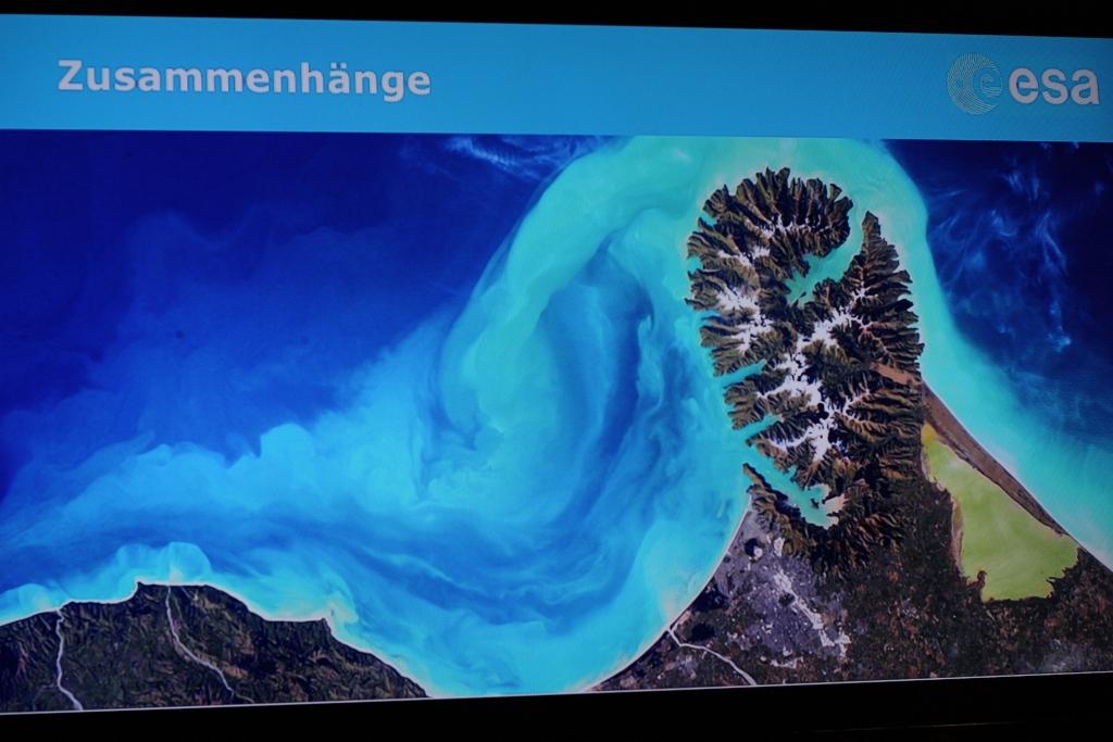 Die Pegasus Bay und Christchurch in Neuseeland: Geologie und Meereskunde werden aus aus 400 km Höhe unmittelbar einsichtig