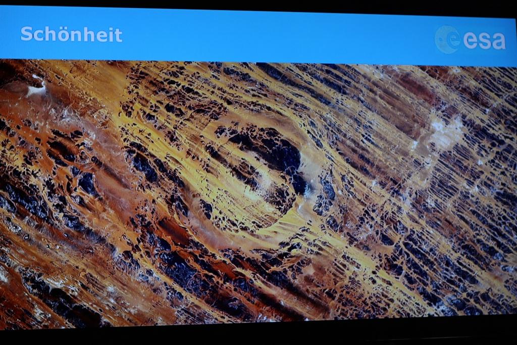 Die Schönheit der Wüsten uog Gerst in ihren Bann. Hier eine Formation in der Sahara. Sieht mir aus wie ein großer Einschlagkrater. Weiß jemand mehr?