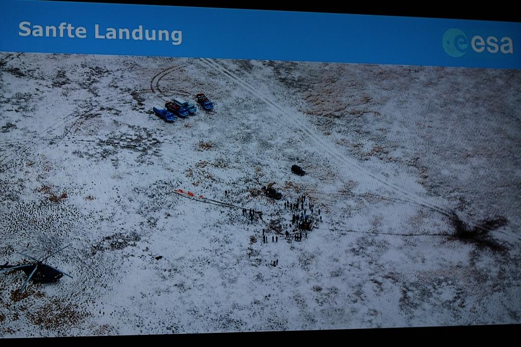 Luftaufnahme des Aufsetzortes des Sojus-Eintrittsmoduls, mit dem Alexander Gerst gemeinsam mit zwei Raumfahrerkollegen zur Erde zurückkehrte. Der Fallschirm wurde vom Wind aufgebläht und hat die Kapsel umgekippt und eine erhebliche Entfernung über den Steppenboden geschleift.